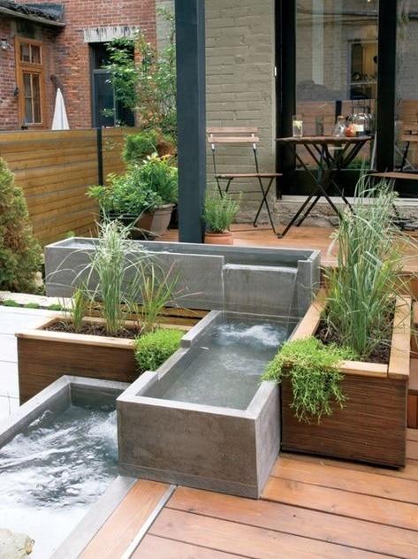 jardin de ville avec fontaine