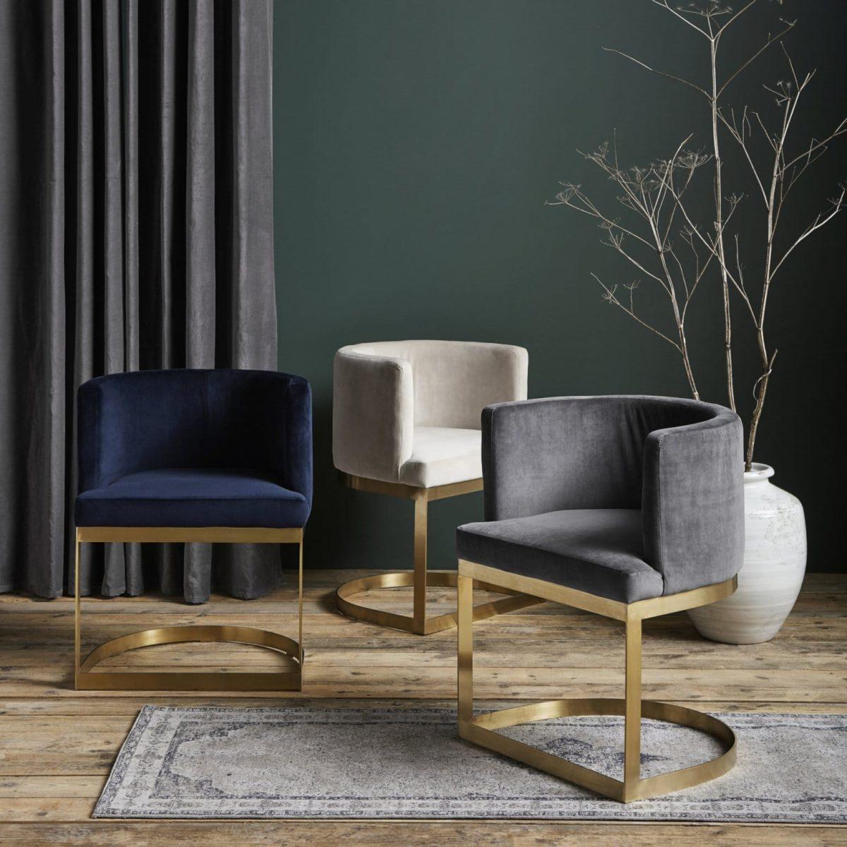 chaises en velours et laiton