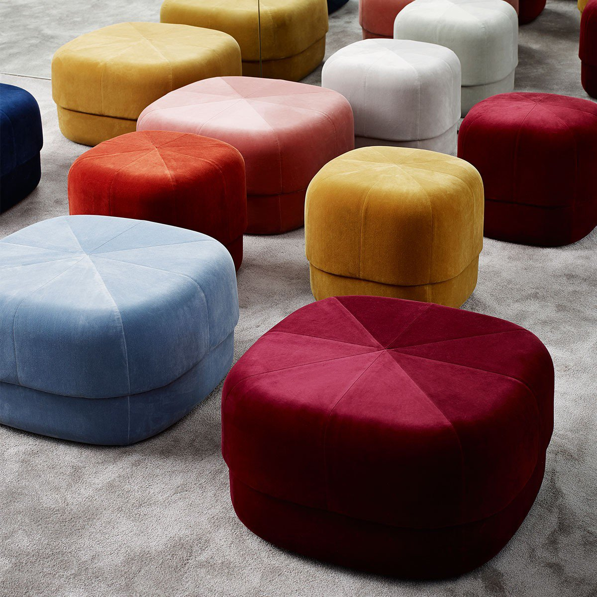 pouf en velours coloré