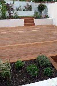 terrasse en bois et plantes vertes