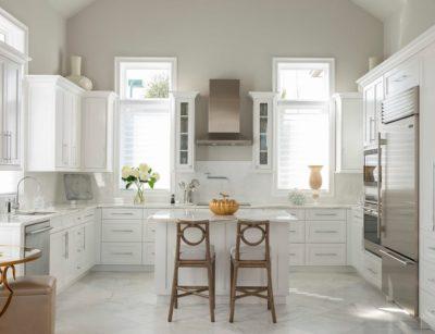 murs blanc cassé et mobilier blanc