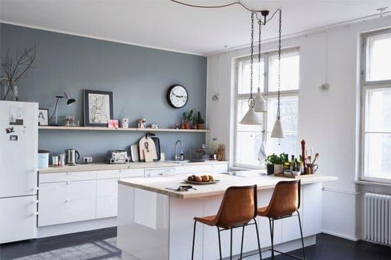 un bleu grisé pour une cuisine blanche