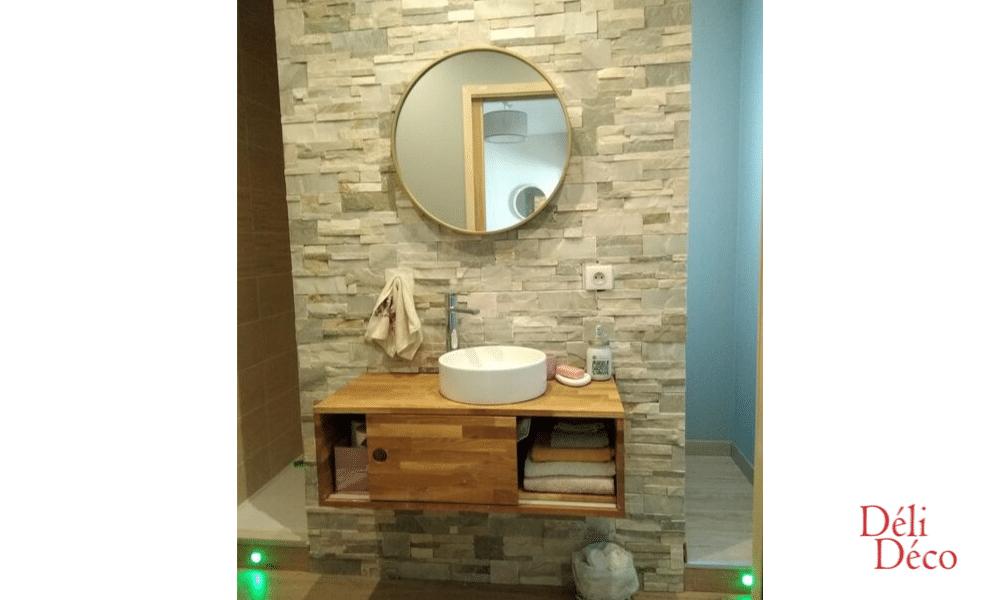 Vue de face salle d'eau avec parement pierre