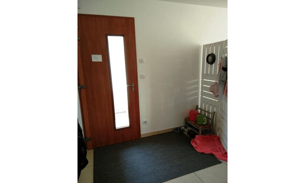 Entrée ouverte maison locative