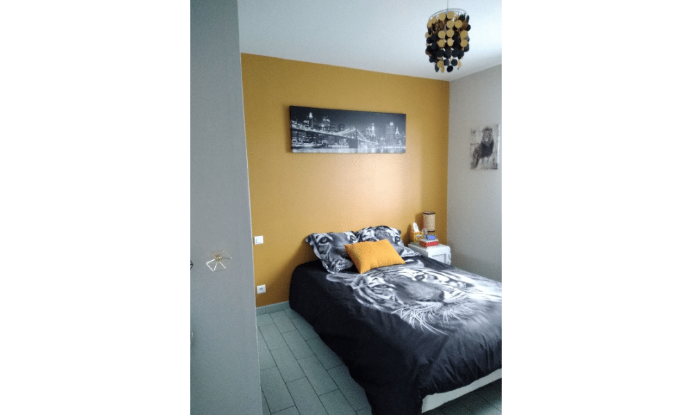 Ocre, beige et noir dans une chambre d'adolescent