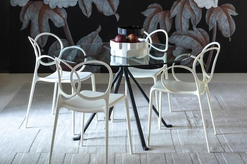 Chaises aux formes épurées en métal