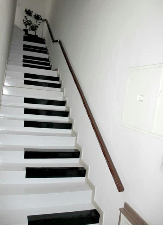 Escalier peint en noir et blanc