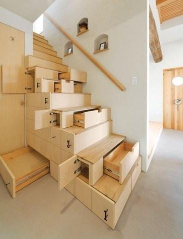 Rangements intégrés dans l'escalier