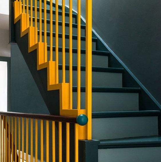 Escalier gris-bleu et rambardes jaune vif en peinture