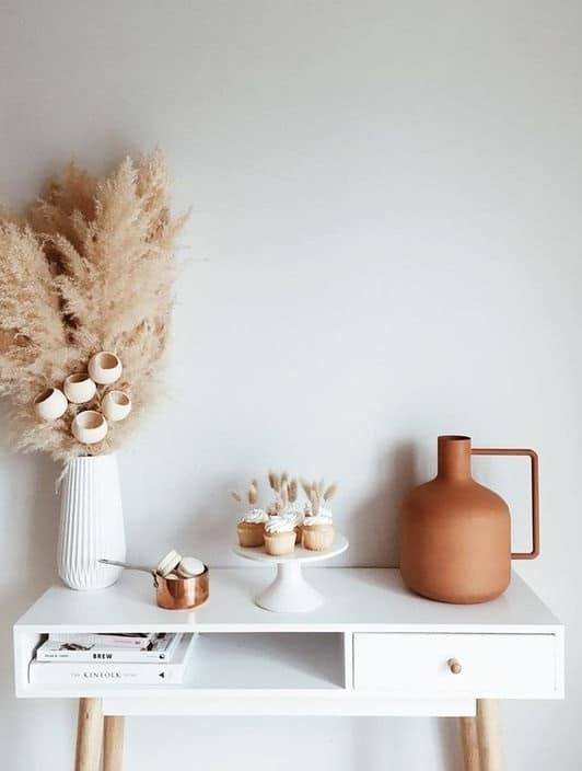 Vases en terre cuite, fleurs séchées pour le style scandicraft