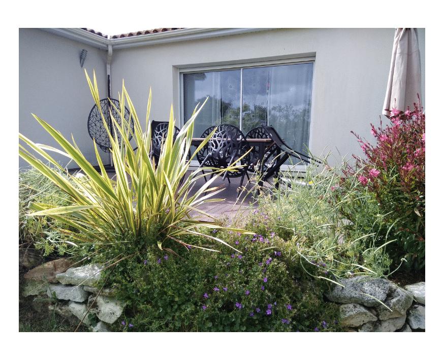 Végétaux et mobilier déco terrasse