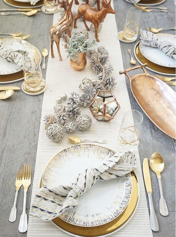 Ambiance chic en blanc et doré pour la table de fêtes