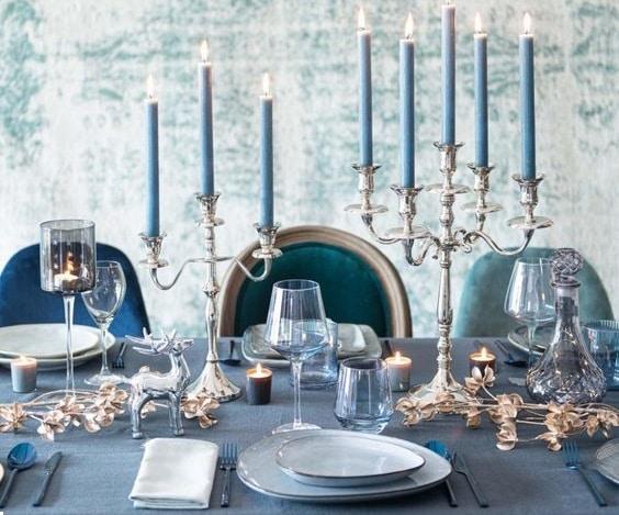 pastel bleu et or sur la table de fêtes