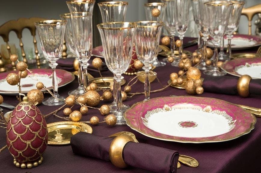 bordeaux et doré pour une table de fête