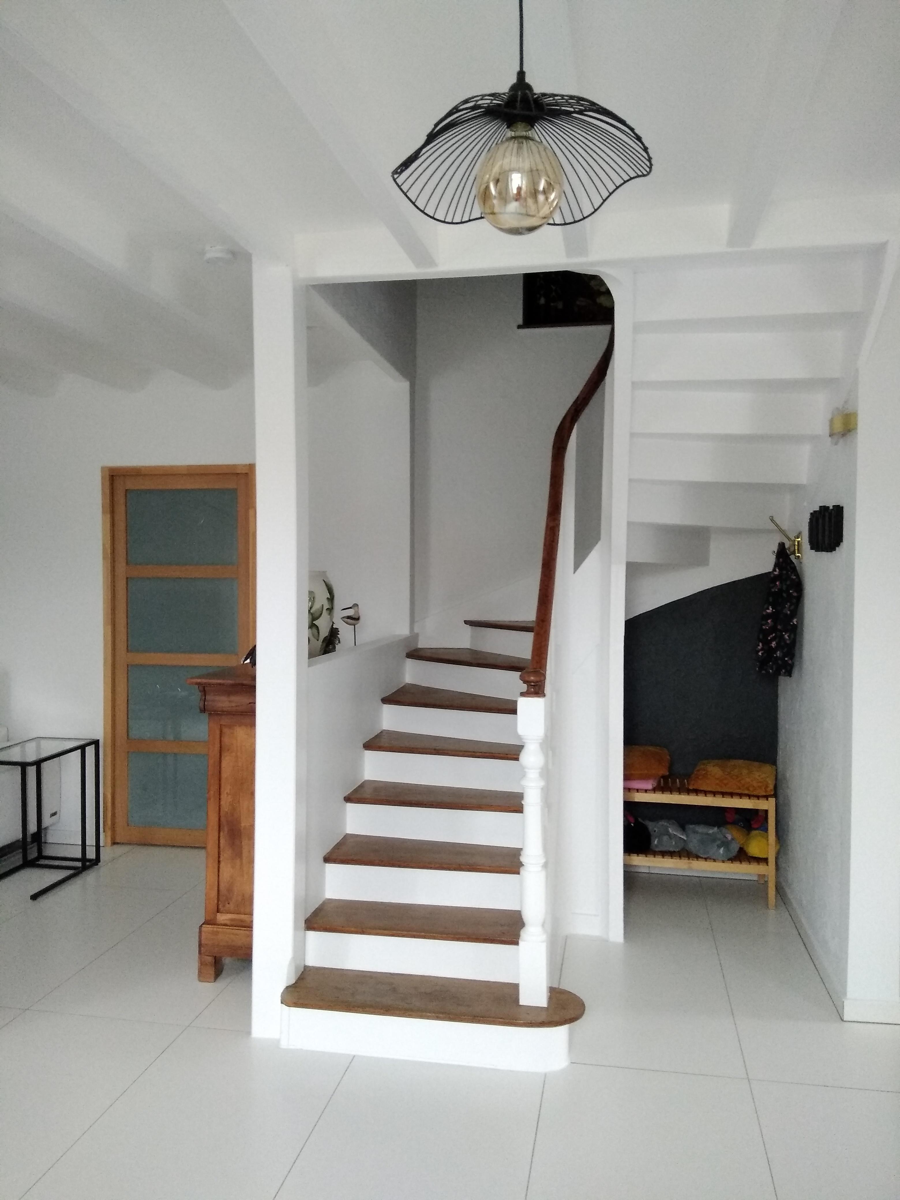 Escalier repensé en bois et blanc
